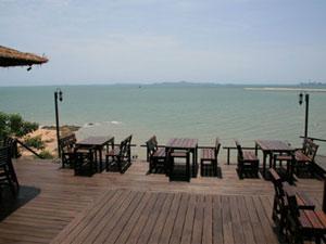 眺めの良いテラスのある海岸沿いレストラン